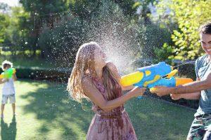 summer date ideas water fight